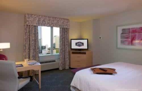 hampton-inn-suites-downtown-miami-brickell-bedroom