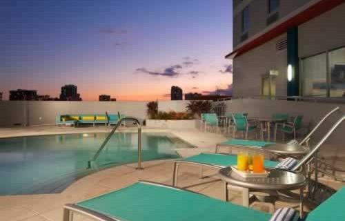 hampton-inn-suites-downtown-miami-brickell-pool